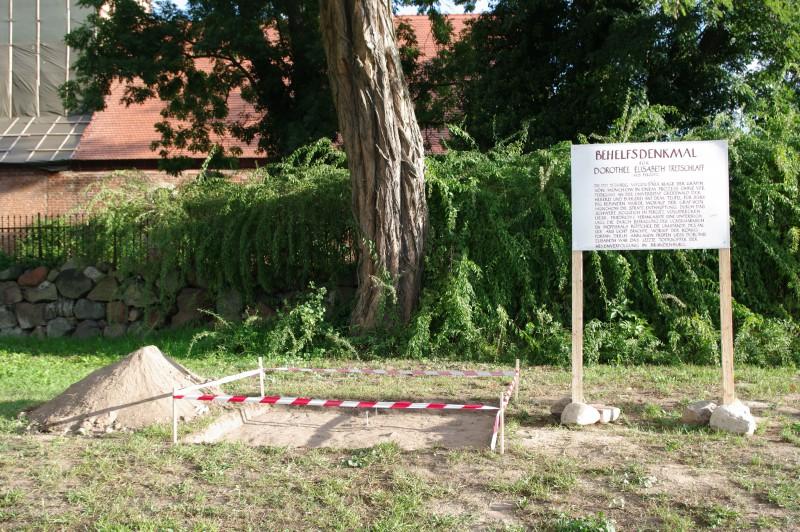 Behelfsdenkmal Fergitz, 2008, Holz, Farbe, Folie, Fotokopien, Absperrband, Erde
